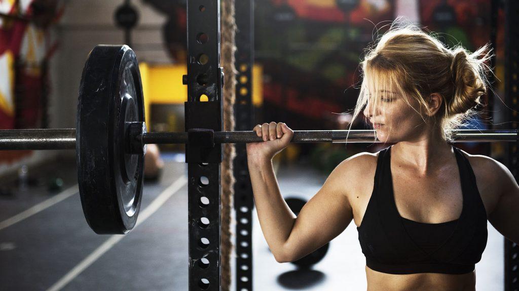 basic women's exercises at the gym